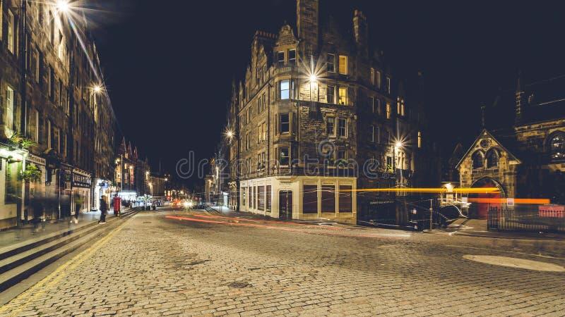 Se ner Lawnmarket på den kungliga mil vid natt arkivbilder