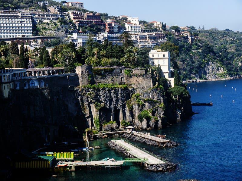 Se ner på de bada plattformarna från klipporna i Sorrento Italien royaltyfri foto