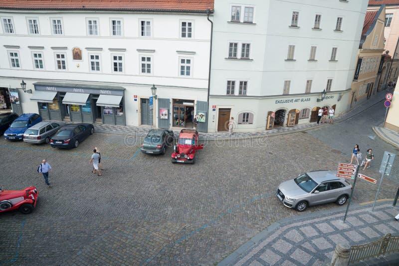Se ner på den lappade gatan med övergående turister, shoppar och fartygturförsäljare arkivbild