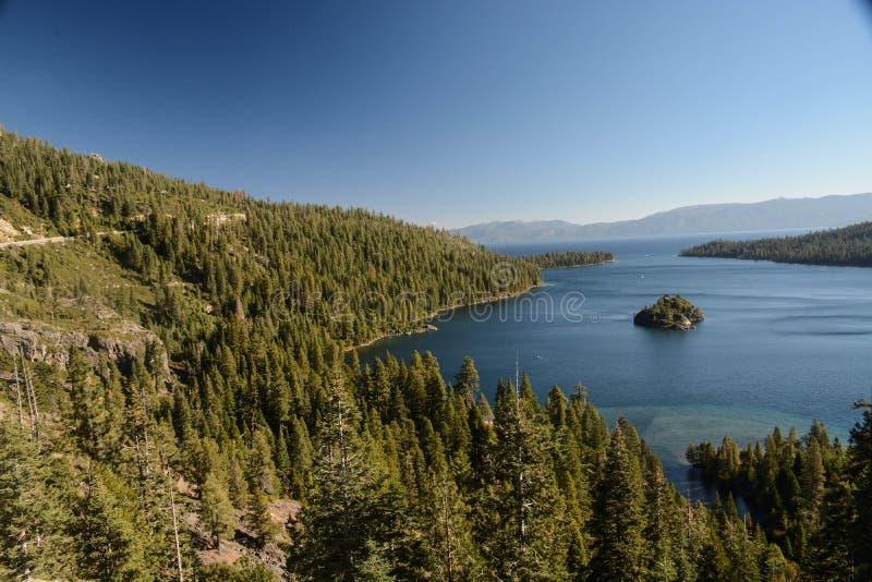 Se ner på Emerald Bay i Lake Tahoe royaltyfri fotografi