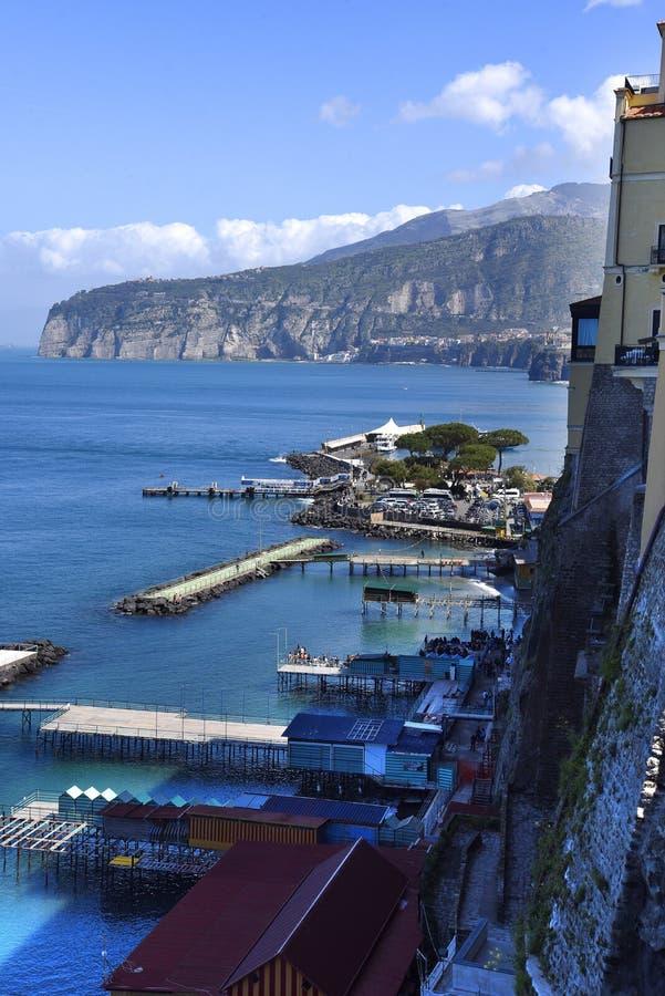 Se ner på hamnen från klipporna av Sorrento arkivbilder