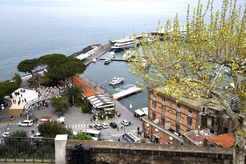 Se ner på porten från klipporna i Sorrento Italien royaltyfri bild