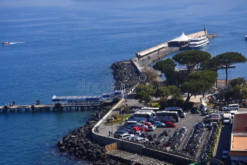 Se ner på porten från klipporna i Sorrento Italien arkivbilder