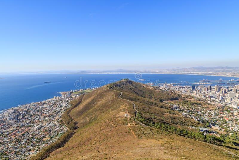 Se ner på signalkullen och Cape Town, från huvudet Moun för lejon` s royaltyfria foton