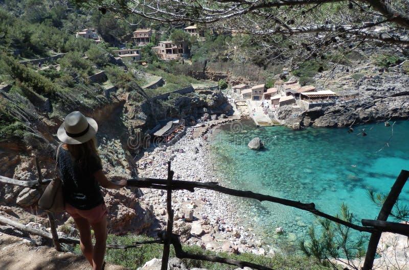 Se ner på turkosvattnet av Mallorca arkivfoton