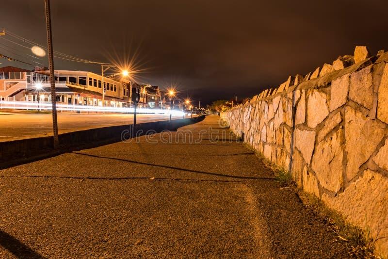 Se ner vattengatan på en molnig natt royaltyfria foton