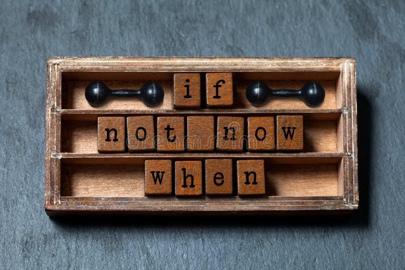 Se non ora in cui Citazione futura della gestione di successo e di motivazione Scatola d'annata, cubi di legno con le lettere di  immagini stock