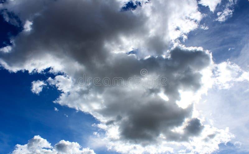 Se nubla el cielo azul imágenes de archivo libres de regalías
