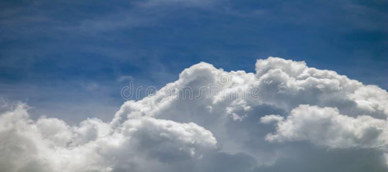 Se nubla la formación, cloudscape Cielo azul con las nubes imágenes de archivo libres de regalías