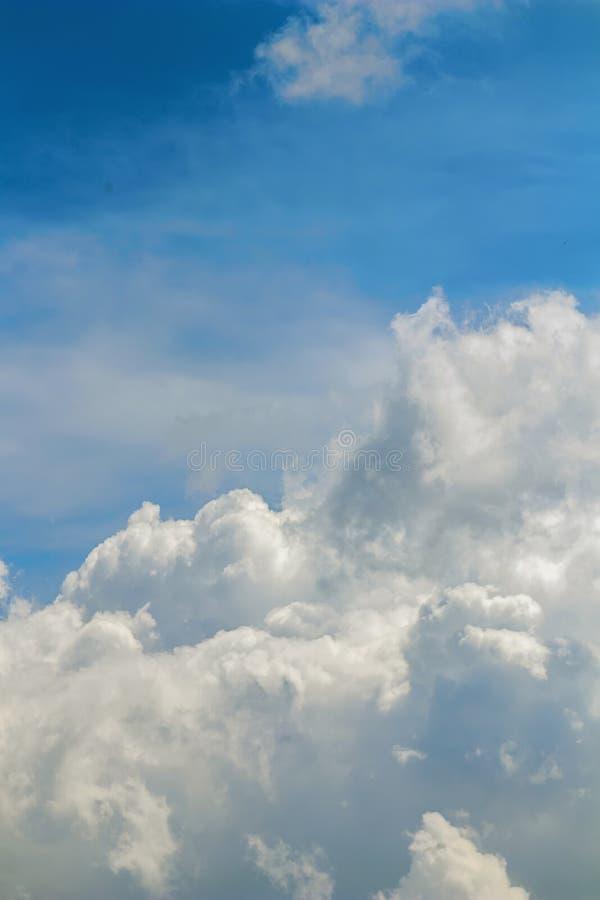Se nubla la formación, cloudscape Cielo azul con las nubes fotos de archivo libres de regalías