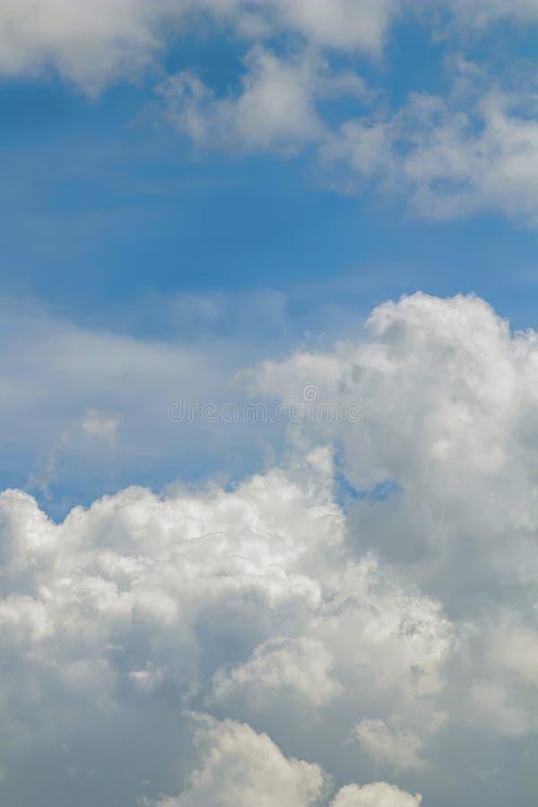 Se nubla la formación, cloudscape Cielo azul con las nubes imagen de archivo