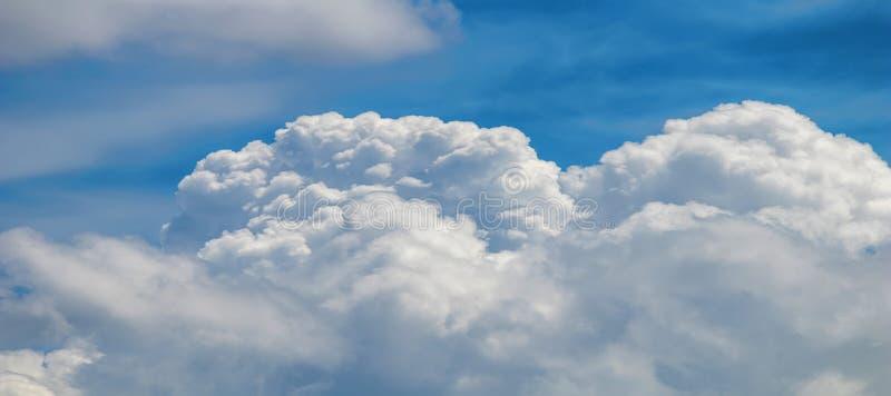 Se nubla la formación, cloudscape Cielo azul con las nubes imagenes de archivo
