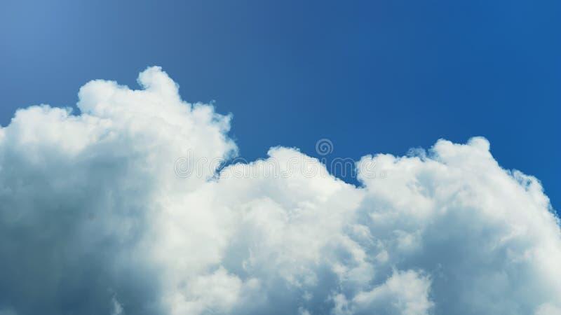 Se nubla la formación, cloudscape Cielo azul con las nubes y el sol fotografía de archivo libre de regalías