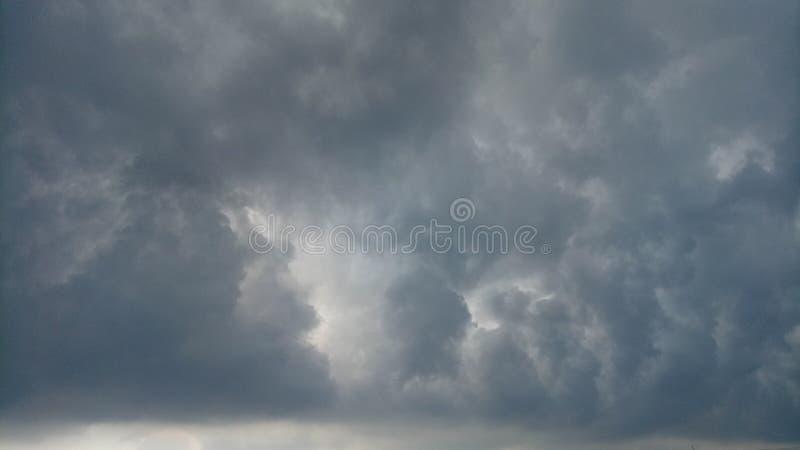 Se nubla los temporales de lluvia imagenes de archivo