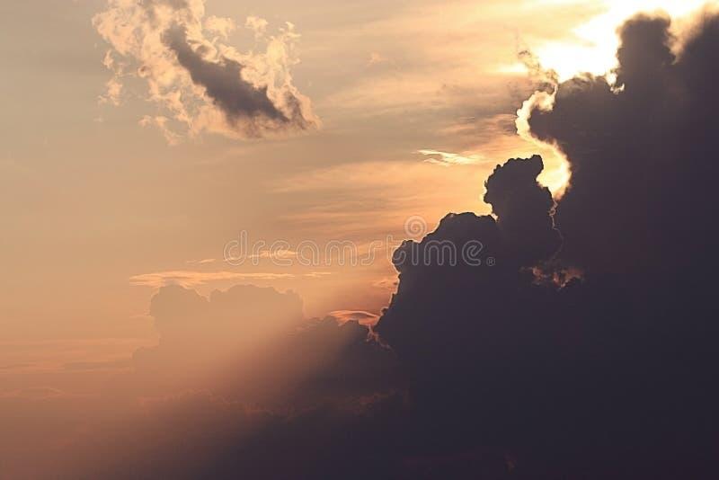 Se nubla puesta del sol del cielo fotografía de archivo