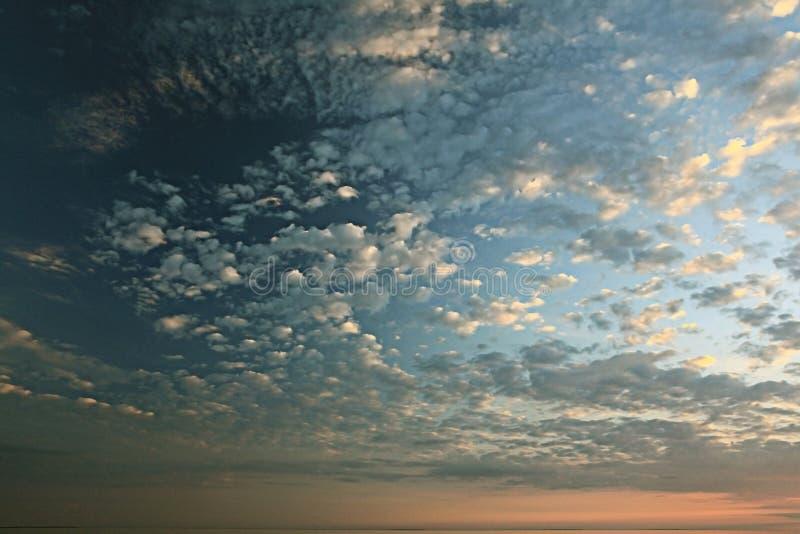 Se nubla puesta del sol del cielo fotografía de archivo libre de regalías