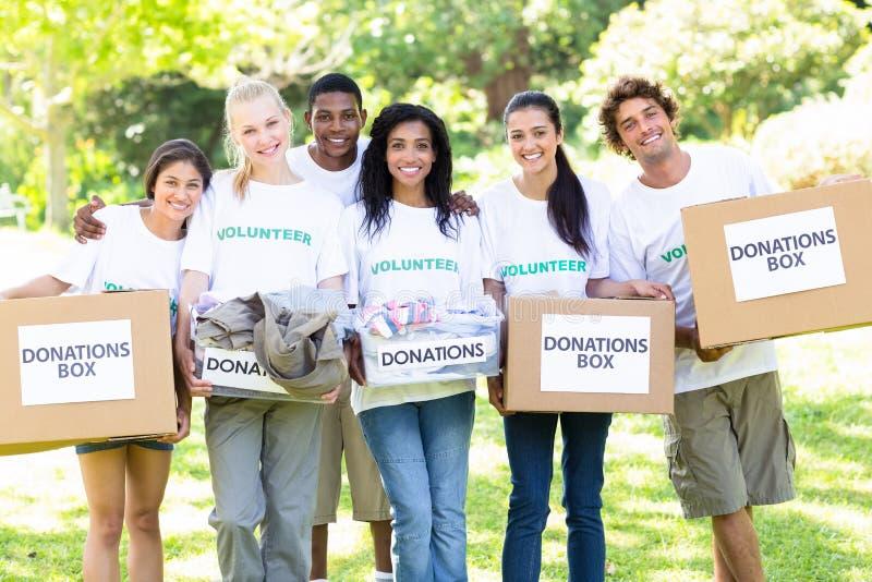 Se ofrece voluntariamente las cajas de la donación que llevan foto de archivo