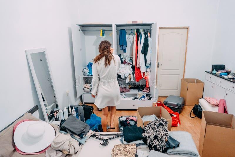 Se?ora atractiva dentro del sitio moderno del apartamento prepararse para disparar fotos de archivo libres de regalías