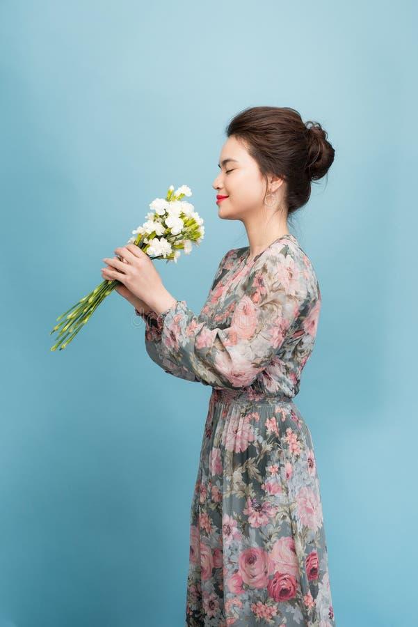 Se?ora joven hermosa con el vestido lindo en fondo azul imagen de archivo libre de regalías