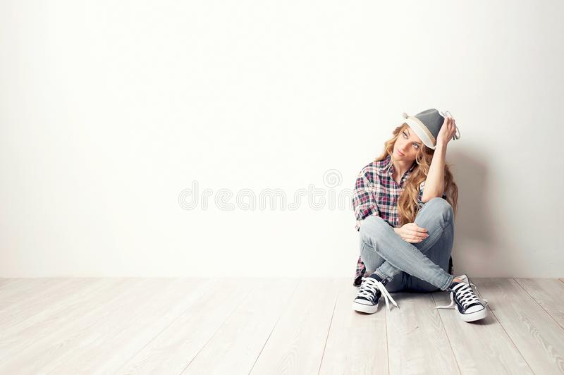 Se?ora joven que se mueve en nueva casa fotografía de archivo libre de regalías