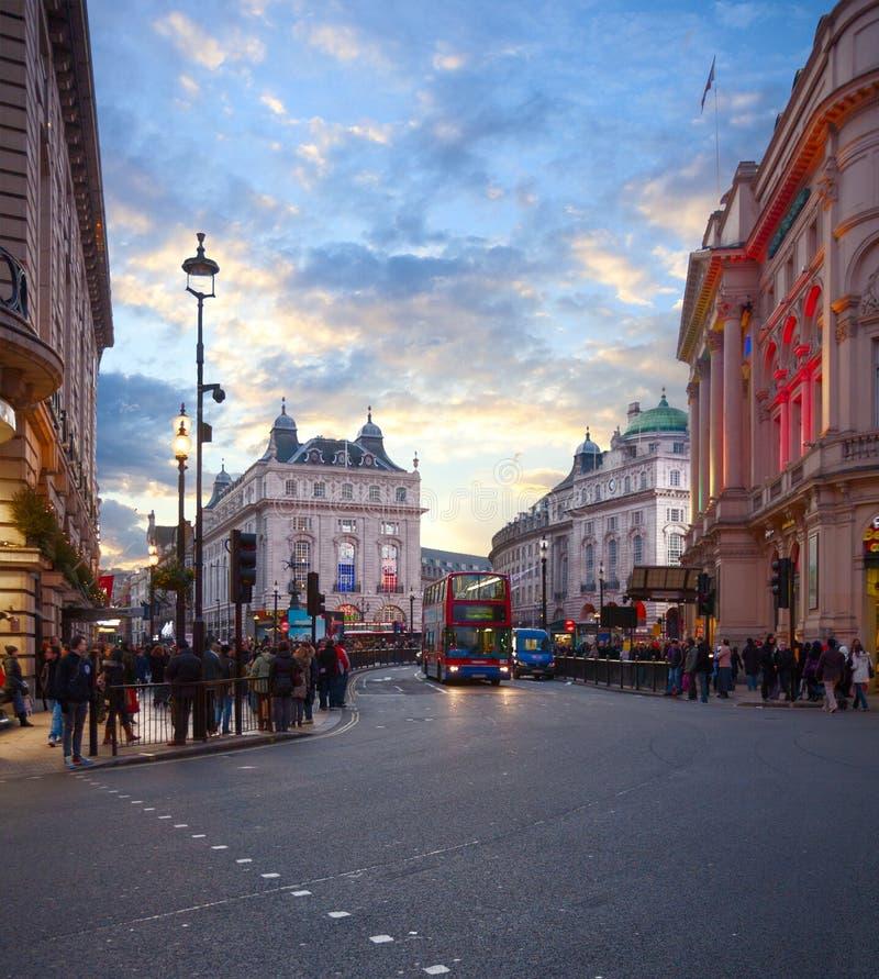 Se på den Coventry gatan in mot den Piccadilly cirkusen vid afton, London, England, Förenade kungariket royaltyfria foton