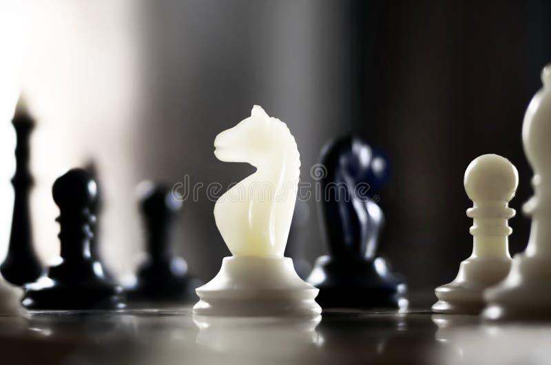 Se ponen los pedazos de ajedrez imágenes de archivo libres de regalías