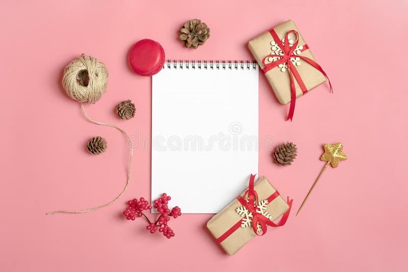Se préparant aux vacances, buts pour les branches de Noël-arbre de décor de nouvelle année, guirlandes, boules, bosse, carnet, tr image stock