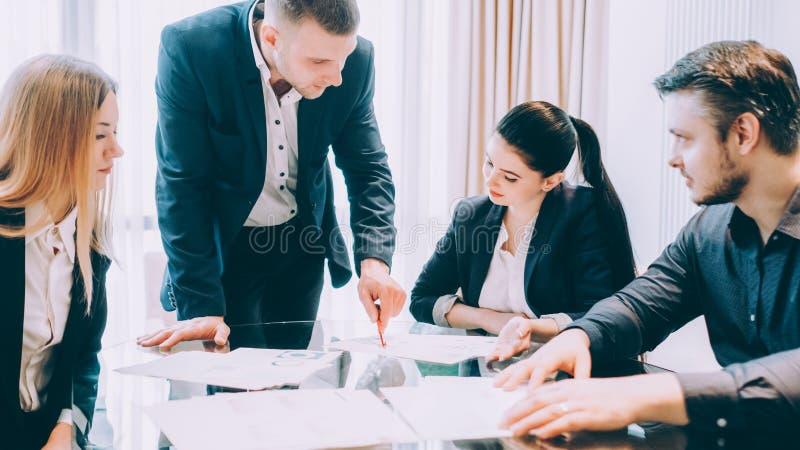 Se réunir de entraînement de collègues de meneur d'équipe d'affaires image stock