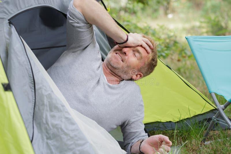 Se réveiller fatigué de campeur photos stock