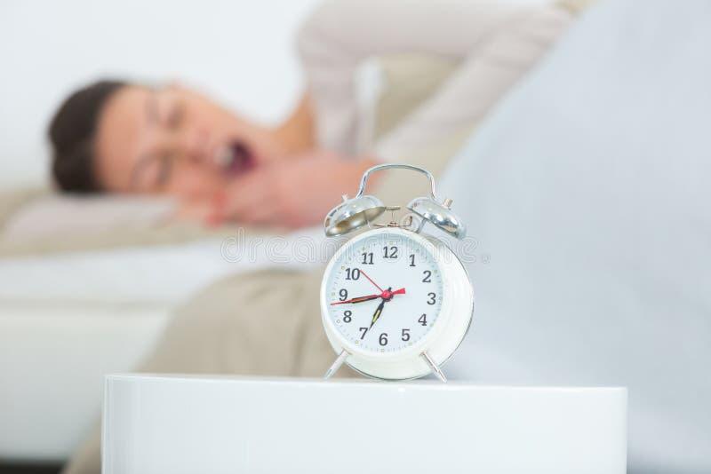 Se r?veiller somnolent fatigu? de femme photographie stock