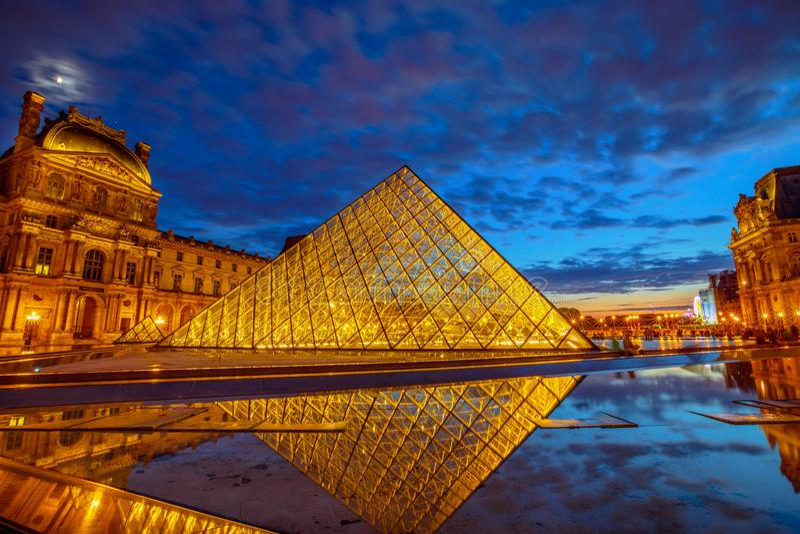 Se refléter de pyramide de Louvre image libre de droits