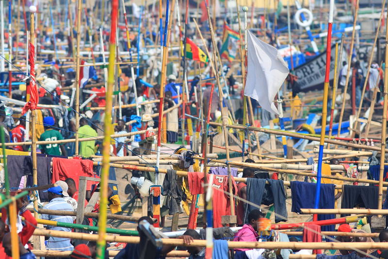 Se reposant après la pêche de nuit dans Elmina, l'Afrique photo stock