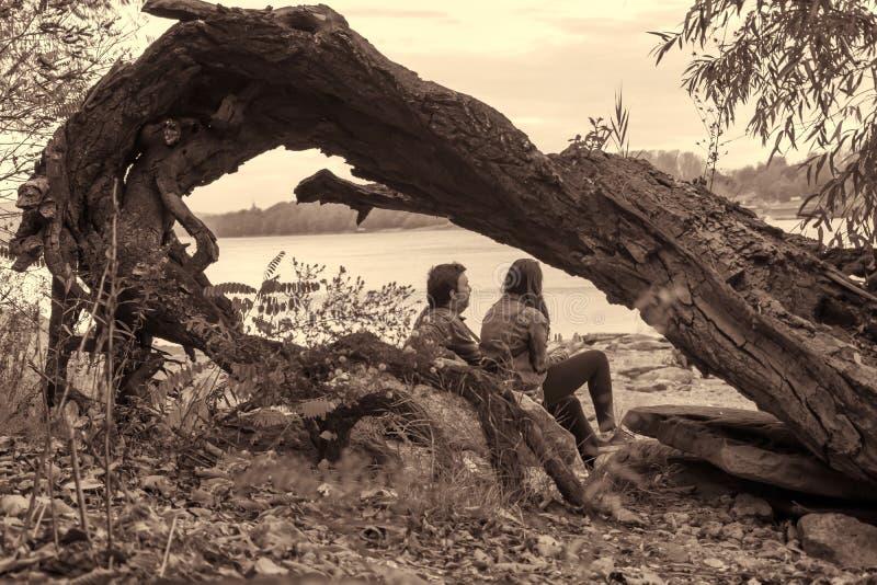 Se reposant dans la nature, l'évasion de la ville dans la paix et tranquille photo libre de droits