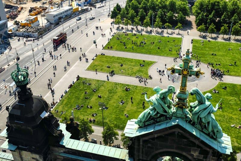 On se repose près de la cathédrale de Berlin, le dôme Berliner à Berlin, en Allemagne images stock