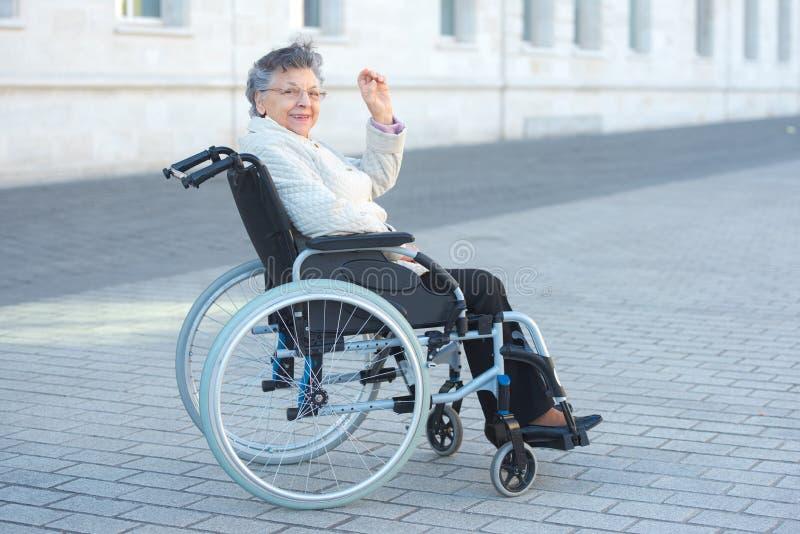 Se reposer de femme handicapée extérieur et onduler photo libre de droits