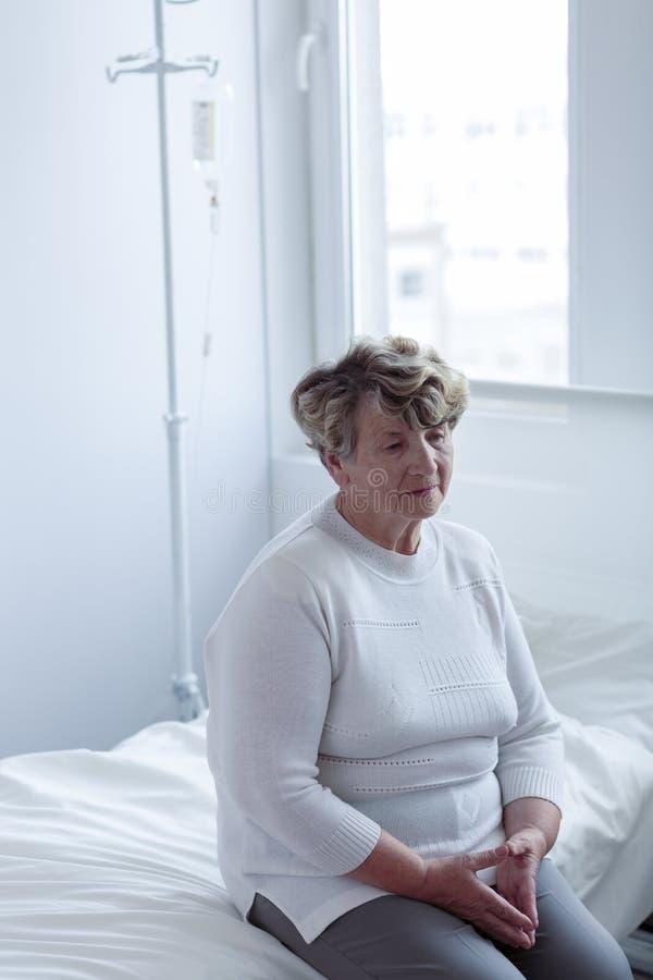 Se reposer sur le lit d'hôpital photos stock