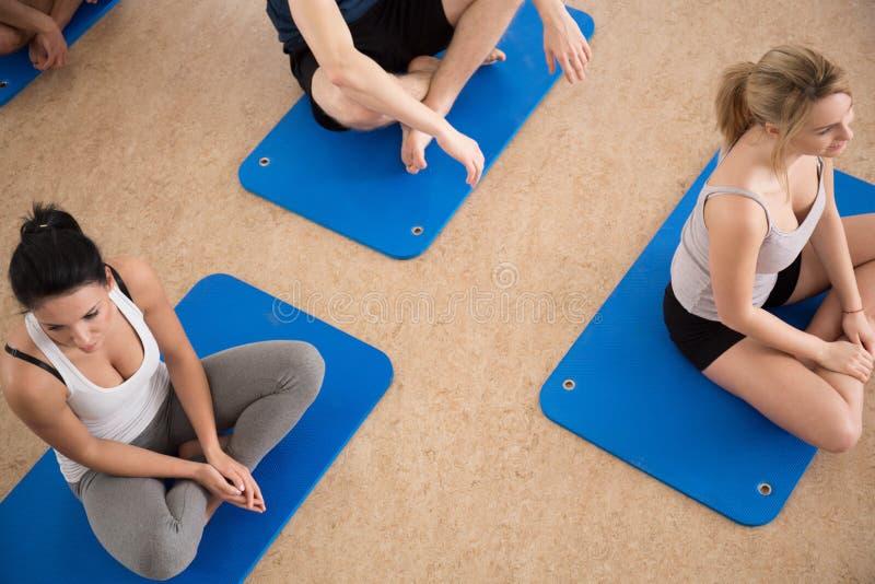 Se reposer sur le tapis de plancher d'exercice photos stock