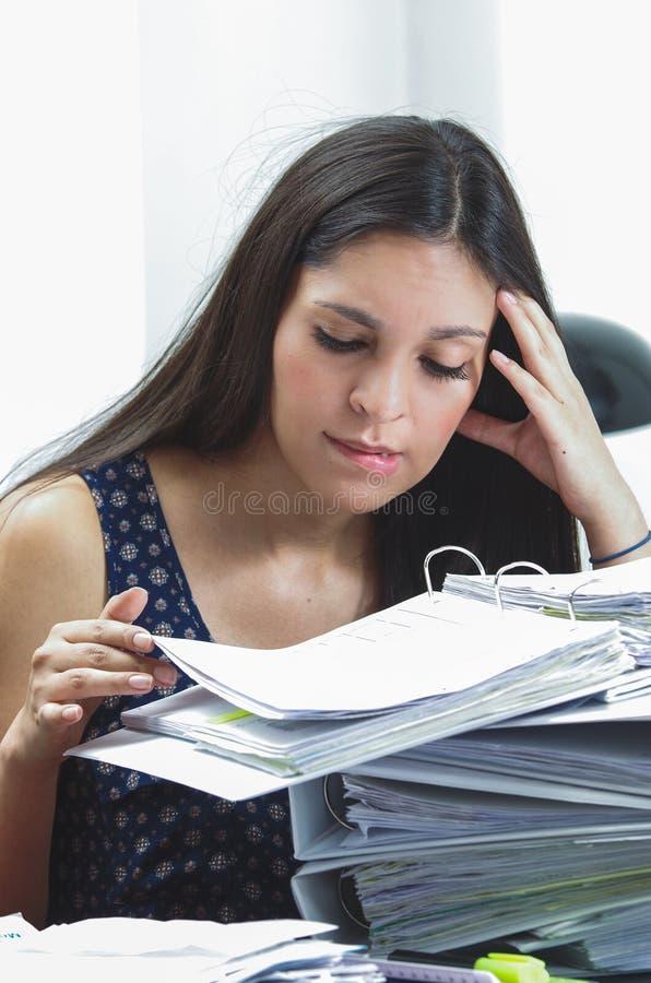 Se reposer travaillant de brune de femme hispanique de bureau par images stock