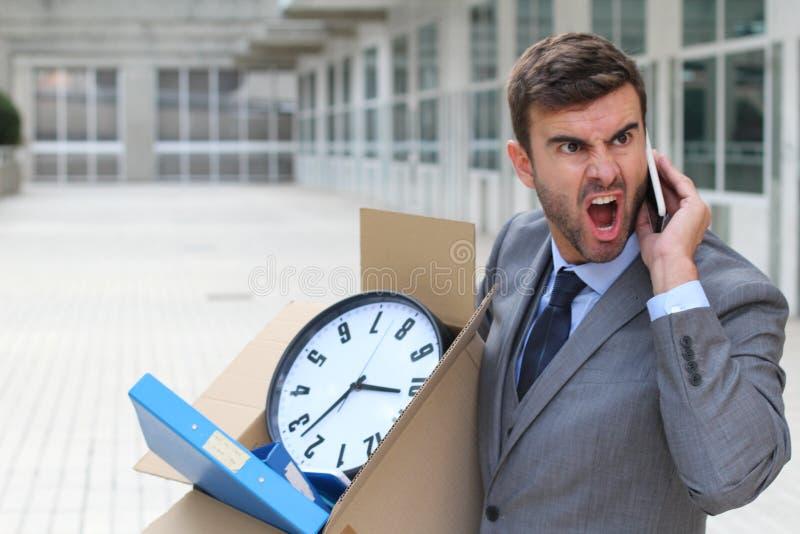Se rompió y empresario enojado que dejaba el edificio de oficinas imágenes de archivo libres de regalías