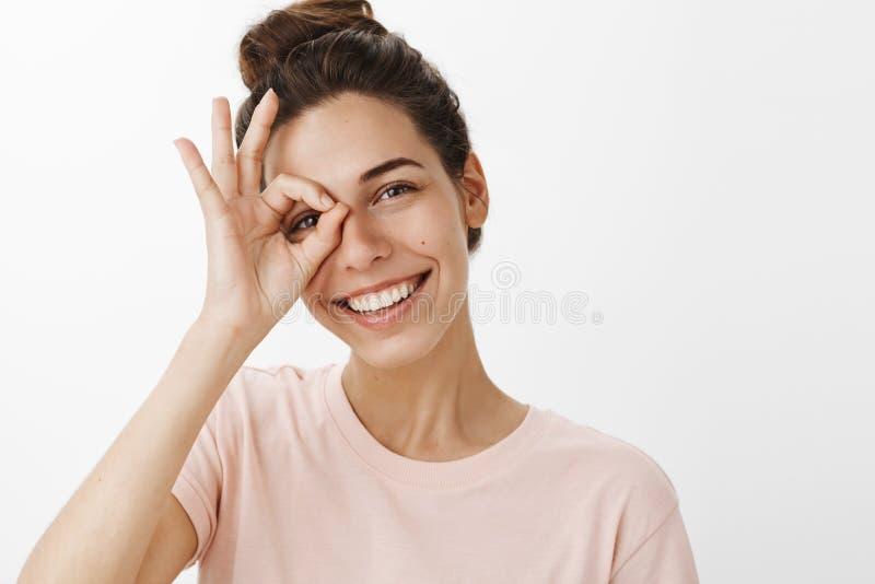 Se sentir heureux avec la collecte nulle d'inquiétudes sûre et joie en tant que se débarasser de l'acné Fille souriant largement  images stock