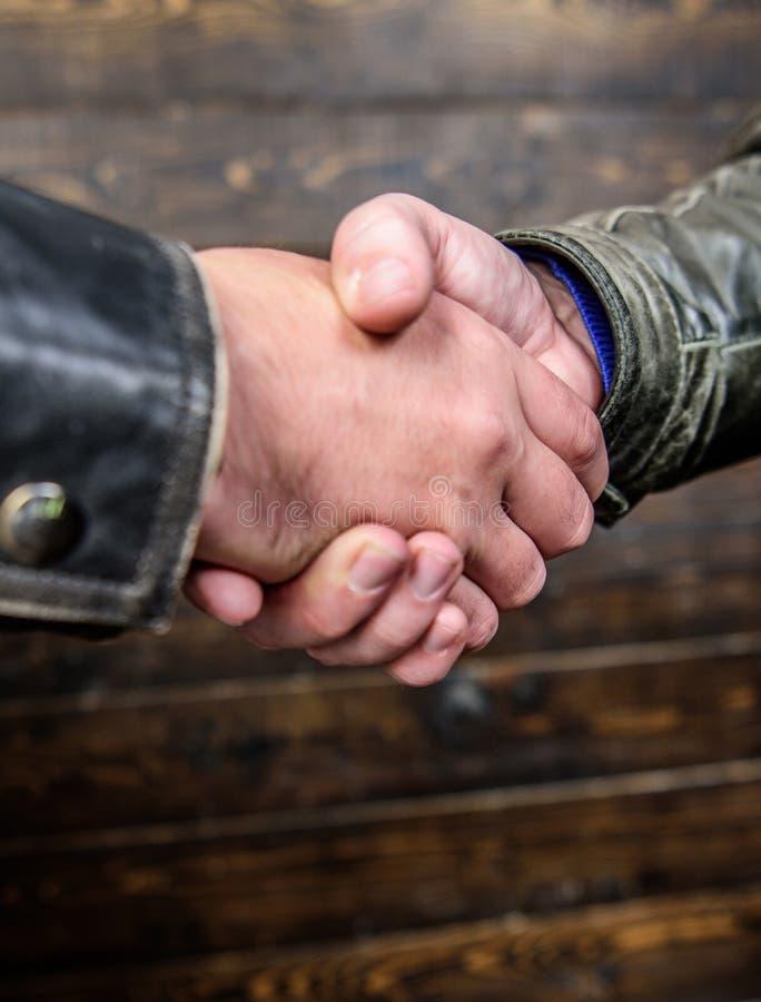 Se serrant la main se ferment  Geste amical de poign?e de main Concept de geste de poign?e de main Affaire d'association et d'aff images libres de droits