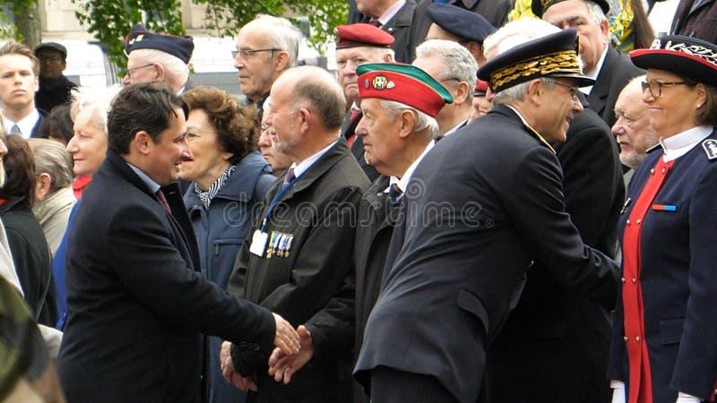 Se serrant la main les fonctionnaires à la commémoration d'armistice défilent dans l'ATF photographie stock libre de droits