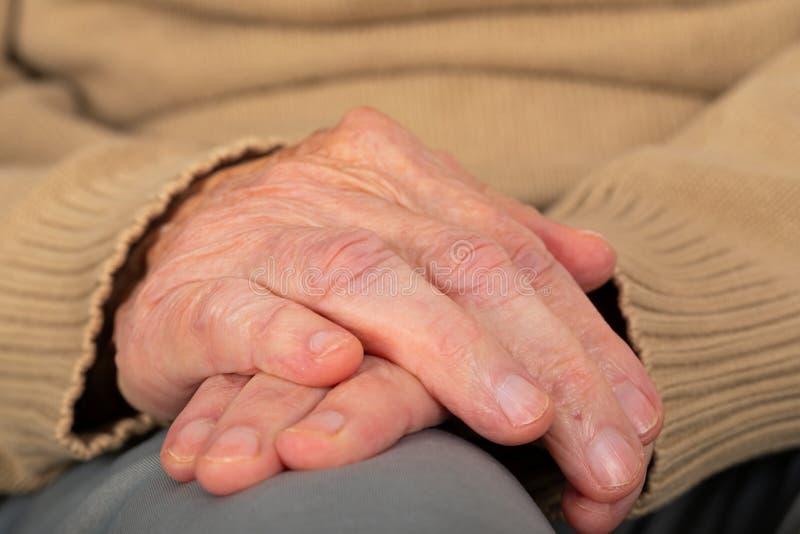 Se serrants la main pluss âgé photographie stock libre de droits