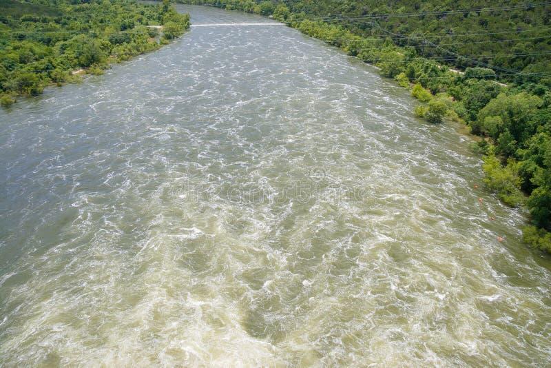 Se snabbt flyttningvatten som heading ner ström royaltyfria foton