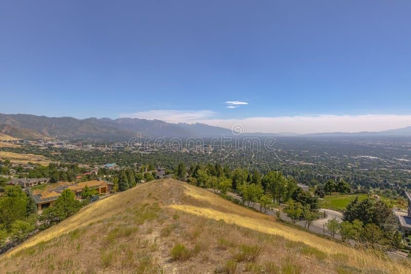 Se staden från en kulleöverkant royaltyfri foto