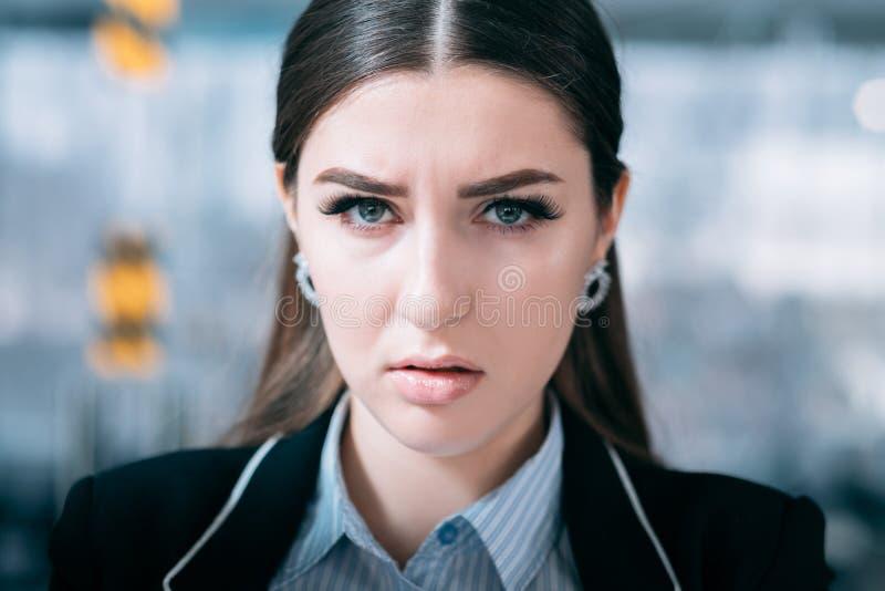 Se surmener affligé de portrait de femme d'affaires images stock