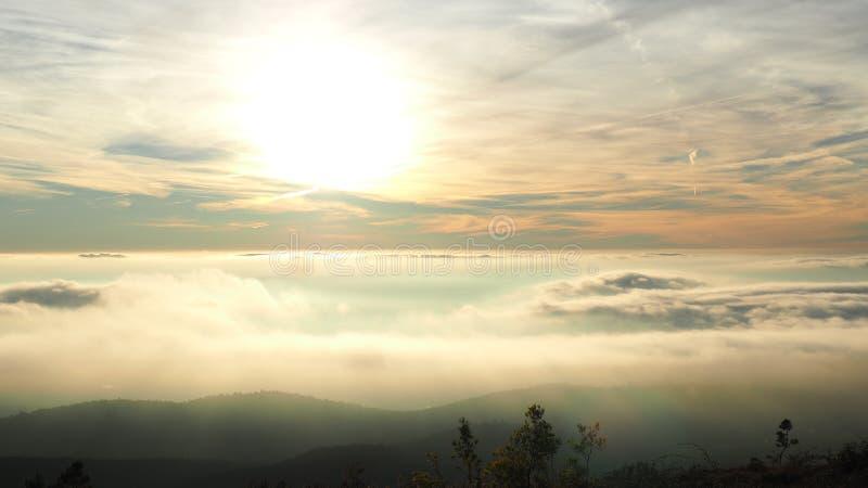 Se tenant au-dessus des nuages, S Gamme de montagne de Mamede dans Portalegre images stock