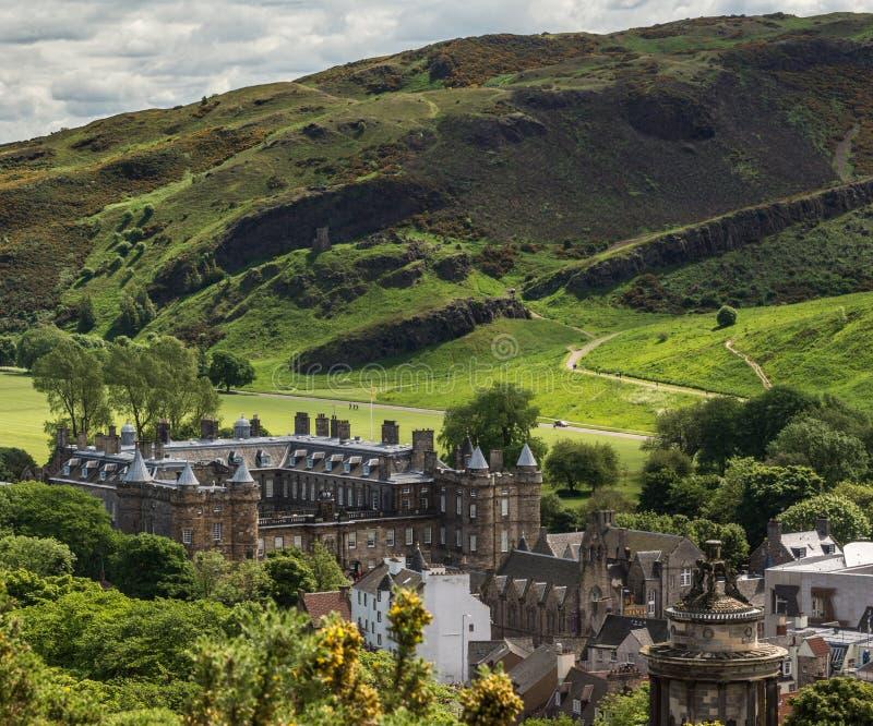 Se till den Holyrood abbotskloster från den Calton kullen, Edinburg, Skottland, fotografering för bildbyråer