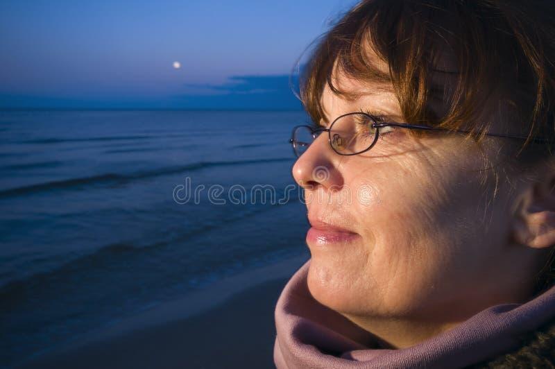 Se till det baltiska havet vid natt royaltyfri foto