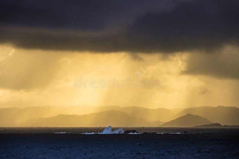 Se till Lyngdalsfjorden med solnedgång i Norge arkivbilder